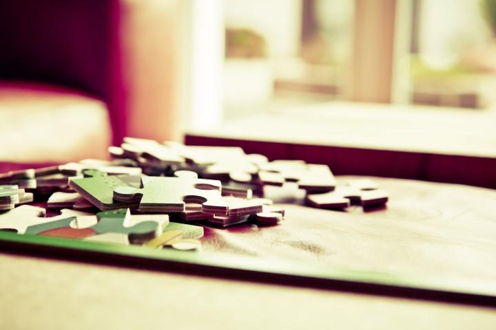 rozsypane puzzle na parapecie