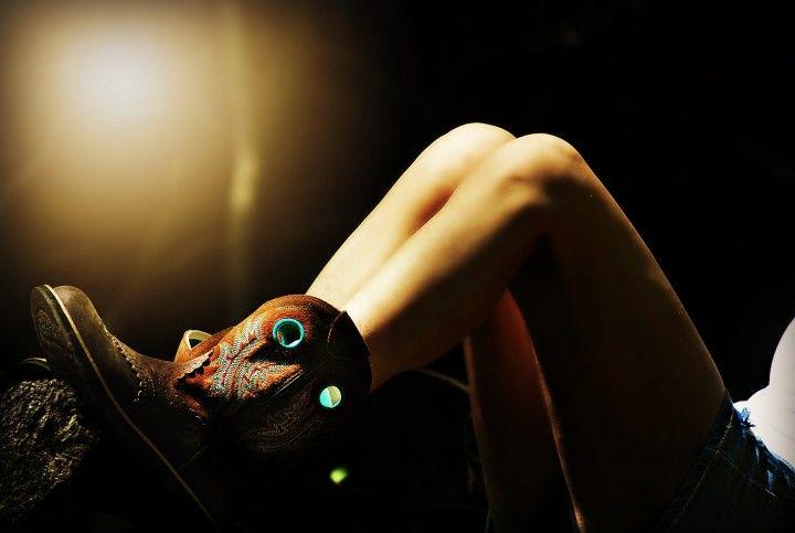 kobiece kolana w kozaczkach