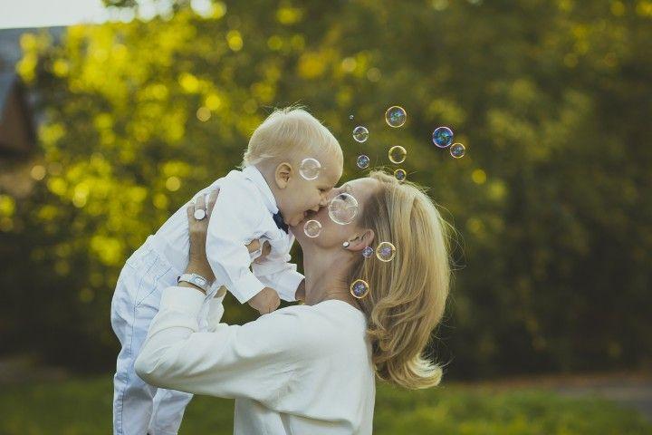 mama sciskająca dziecko niemowlaka