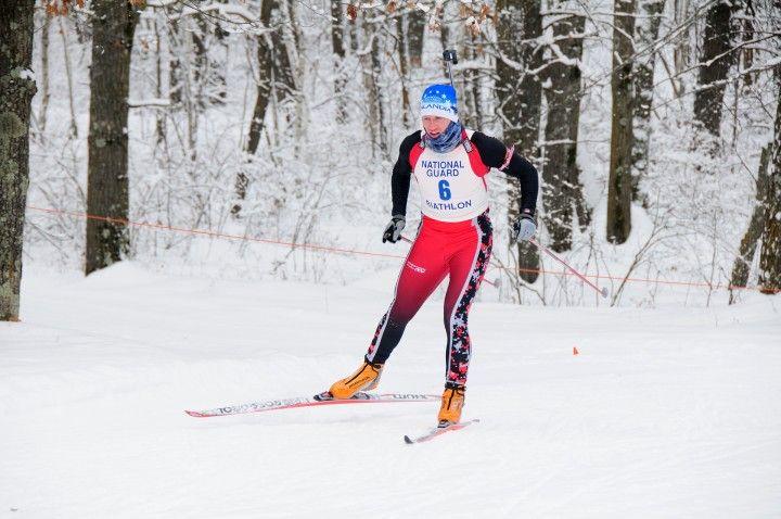 narciarz na nartach biegowych na trasie w lesie