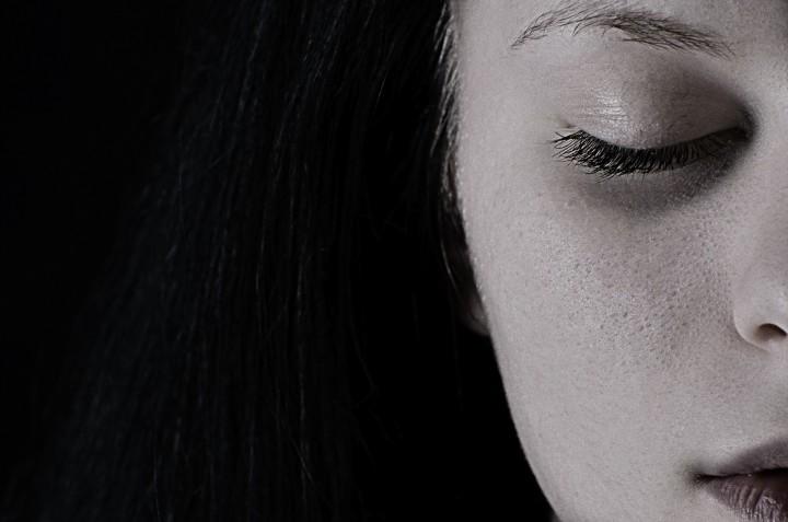 twarz smutnej młodej dziewczyny