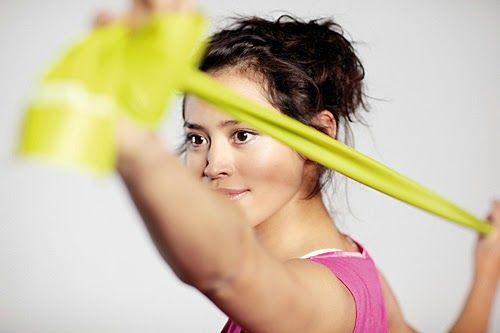 dziewczyna ćwicząca z taśmą fitness