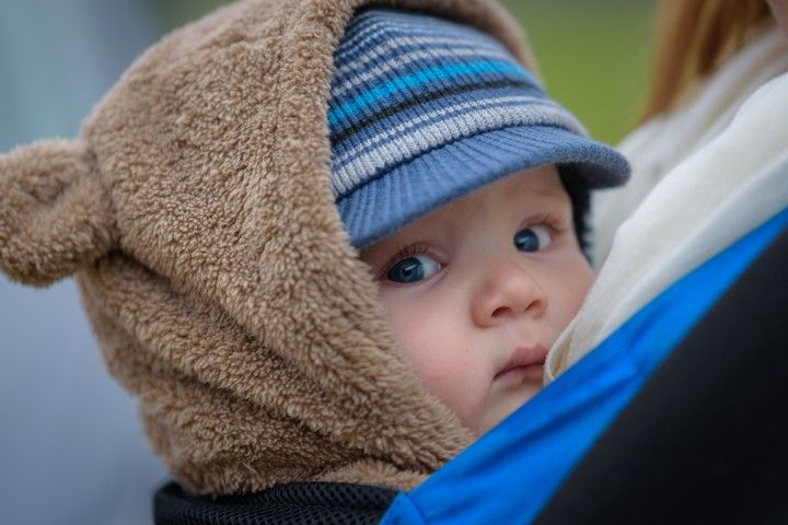 mały chłopiec u mamy w chuście