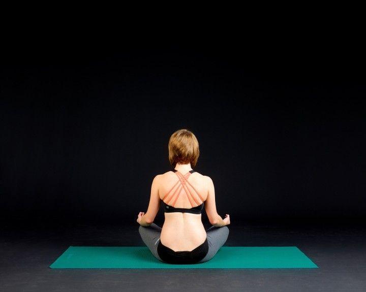 ćwicząca kobieta w siadzie na macie