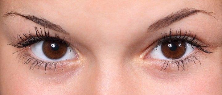 oczy i brwi młodej kobiety
