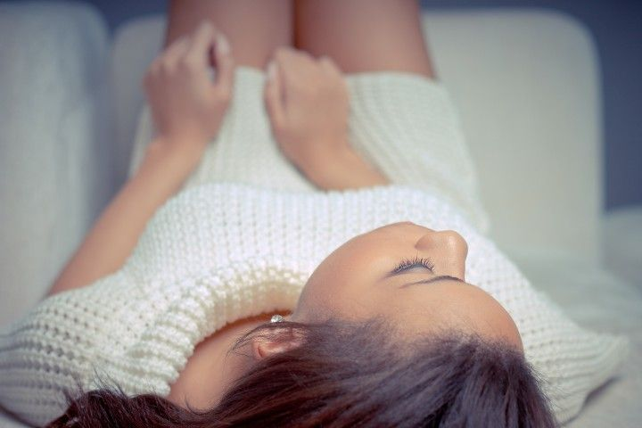 leżąca kobieta na łóżku