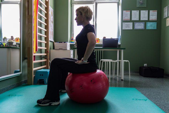 Licencja na Zdrowie- kobieta ćwicząca na piłce