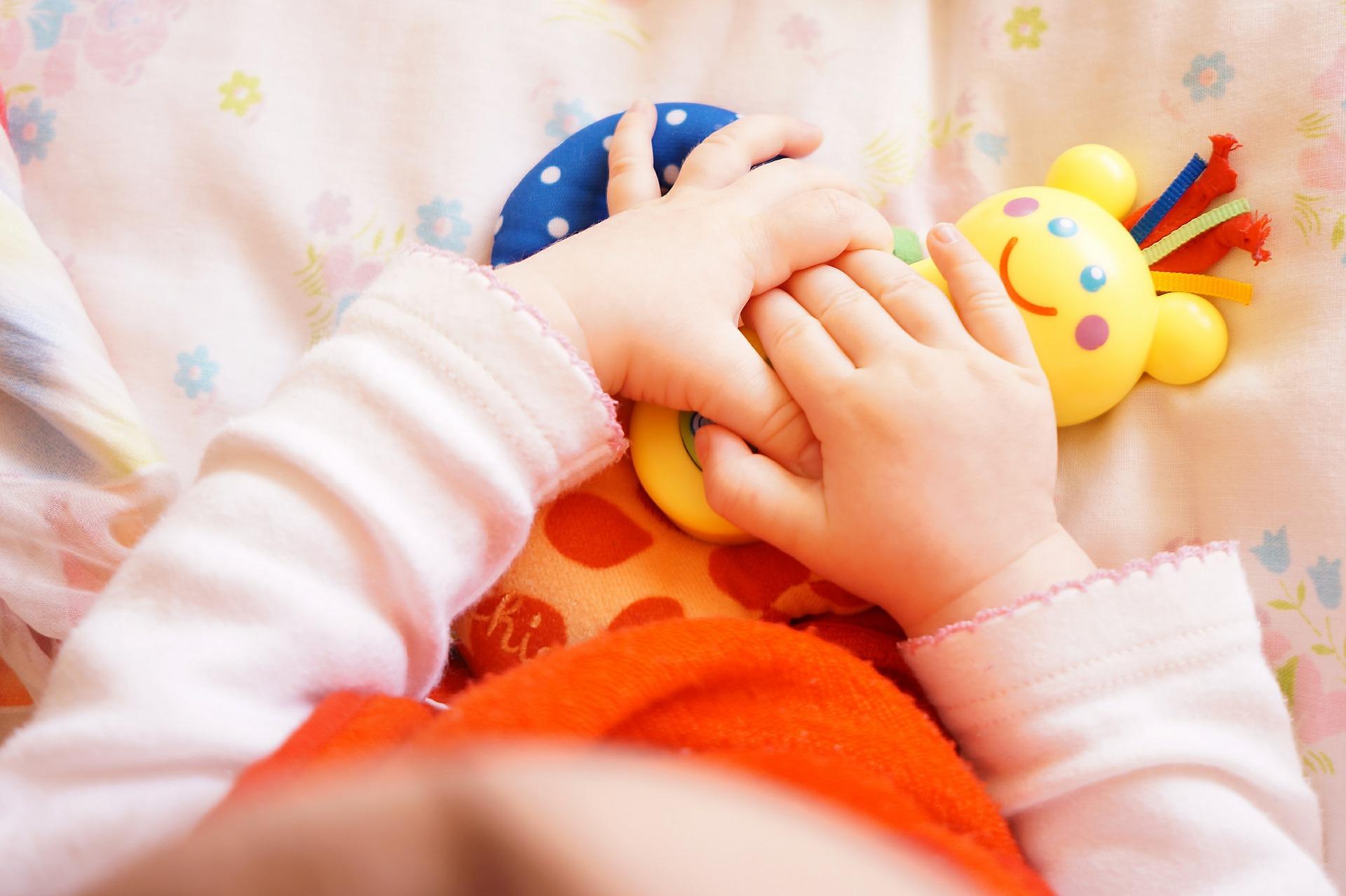 dziecięce rączki z zabawkami