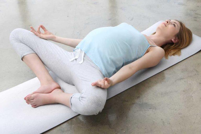 kobieta w ciązy ćwicząca mięśnie dna miednicy