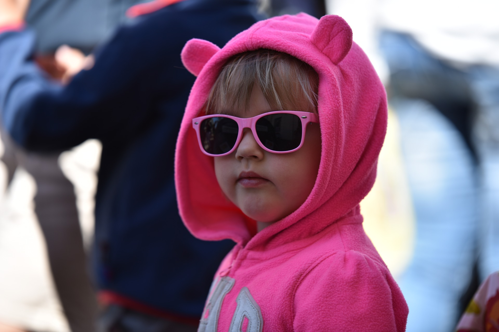 dziewczynka w rózowej bluzie z uszkami